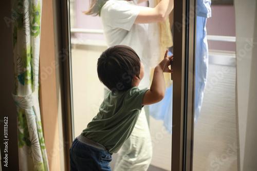 Obraz na plátně  いたずらで鍵を閉める男の子