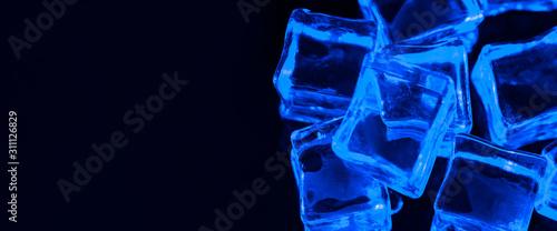 transparent-kostki-lodu-na-czarnym