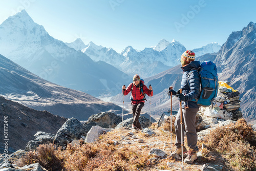 Fotomural  Couple following Everest Base Camp trekking route near Dughla 4620m