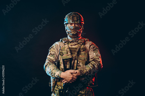 Fotografía  portrait of serious confident brave soldier in army wear, camouflage, isolated over black background