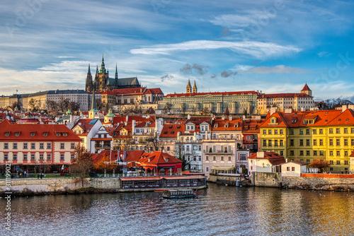 Obrazy Praga  pieknie-oswietlony-maly-bok-z-zamkiem-i-katedra-o-zachodzie-slonca-praga