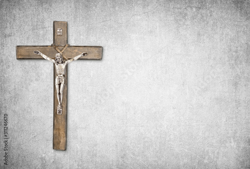 Foto Christian background with crucifix of Jesus Christ on gray distressed concrete w