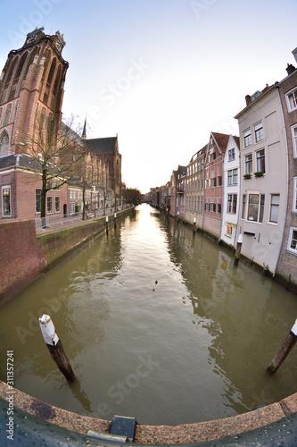 Fotografia, Obraz  Domy, ulica i kanałek w krzywym spojrzeniu obiektywu fisheye.