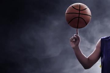 Košarkaš koji vrti loptu