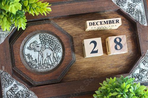 Papel de parede  Date 28, December month with elephant silver wooden design.