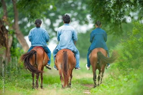 Photo Animal science studying on horseback.