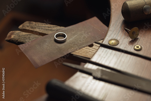Fotomural Gold wedding ring with diamonds hand-polished by a jeweler