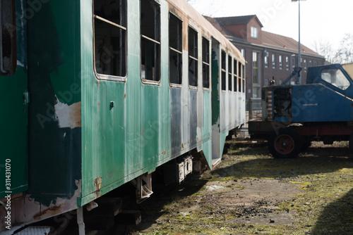 Obraz Alte Lokomotiven und Waggons im Detail - fototapety do salonu