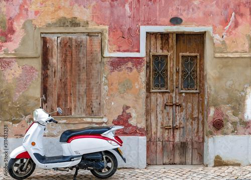 Fototapety, obrazy: moto estacionada, casa antiga