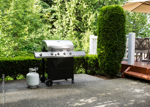Fotografia Outdoor cooker on House concrete patio with home deck on side