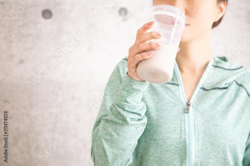 プロテインを飲む女性 Fototapeta