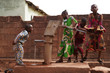 Leinwanddruck Bild - African Children Having Fun At The Water Pump