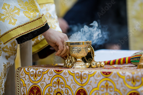 Fotografia Details with a golden metallic christian orthodox frankincense burner, or censer