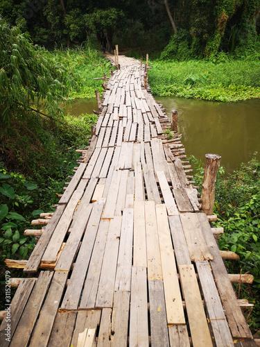 Fototapeta kładka  drewniany-most-na-kanale