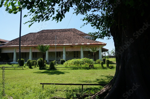 Photo The Dutch colonial building located in the area of the Demas Sugar Cane Factory in Besuki District, Situbondo Regency, East Java, Indonesia