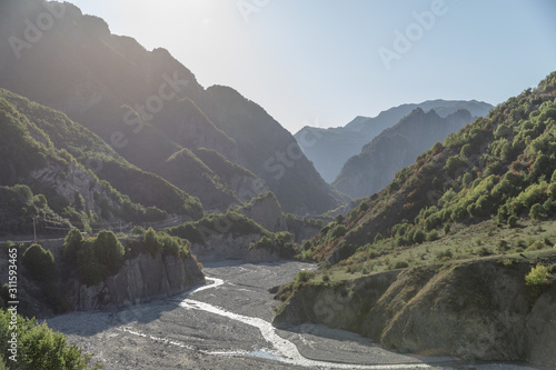 Photo Valley with stunning mountains and a river in Azerbaijan
