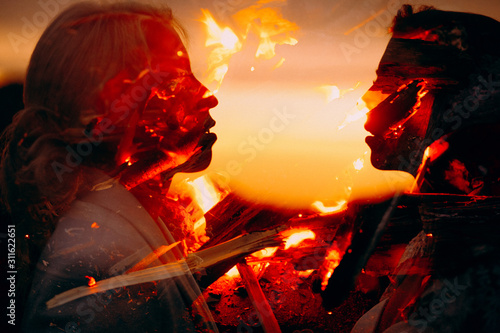 Photographie SIlhouette of a lesbian couple all in burning flames before passionate kissing