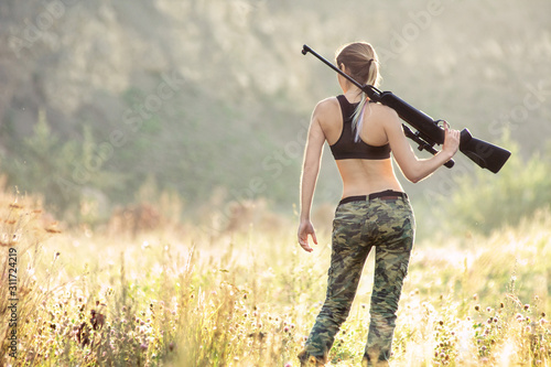 Canvastavla Back view sexy military fashion girl with rifle with an optical sight