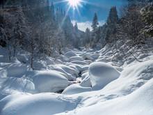 Bergbach In Schneelandschaft