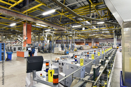 Interieur und Maschinen in einer Großdruckerei - moderne Maschinen und Technik i Fototapete