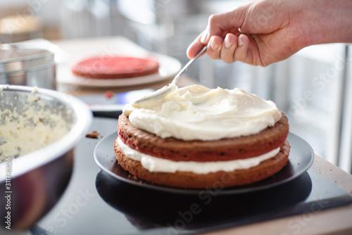 Fotomural chef making red velvet cake