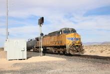 Schwerer Us-amerikanischer Güterzug In Der Wüste