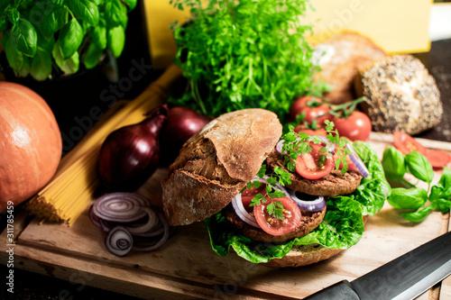 vegetarischer Bio Burger im Roggen Brötchen mit Tomaten und Zwiebeln Canvas Print