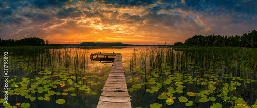 Foto Panorama of beautiful sunrise over lake