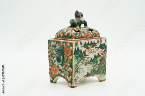 Fotografija  古い焼き物のカラフルな香炉