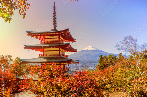 Fotografía Fuji mountain and  traditional Chureito Pagoda Shrine from the hilltop in autum