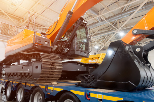 Cuadros en Lienzo  Excavator on a platform for transporting cars