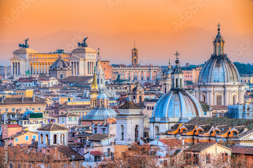 Photo Rome at sunset time with St Peter Cathedral