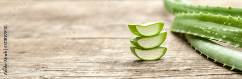 Canvastavla Pieces of aloe vera with pulp on a wooden background