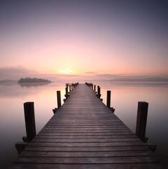 Holzsteg am See am Morgen