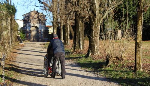 Accompagnatore con disabile nel parco Canvas Print