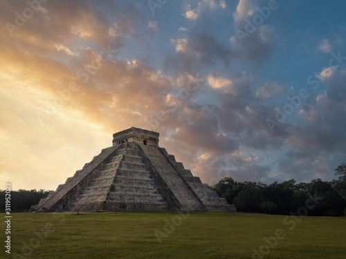 Fotomural  Chichen Itza Pyramid at Sunrise in the Yucatan