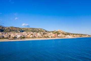 Roccella Jonica, vista aerea della città calabrese con il mare, la spiaggia e il castello.