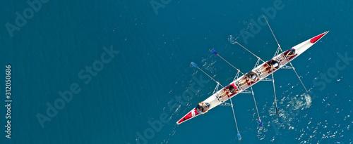 Lotnicze drony ultra szerokie zdjęcie czółna sportowego z młodą drużyną sportowców ćwiczących w głębokim błękitnym otwartym morzu oceanu