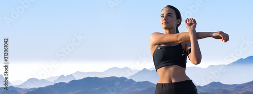 Foto A young slim athletic girl in sportswear with snakeskin prints performs a set of exercises