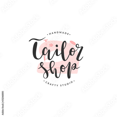 Photo Tailor shop lettering logotype with illustration of sewing machine, vector isolated sign, template of brand identity for atelier or workshop, concept for sewing, needlecraft and tailoring