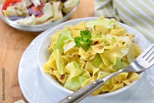 Photo Deftige österreichische Küche: Vegetarische Krautfleckerln mit Nudeln und Kraut,