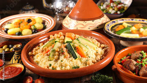 Fotografía assorted of traditional moroccan tajine with dried fruits and spices