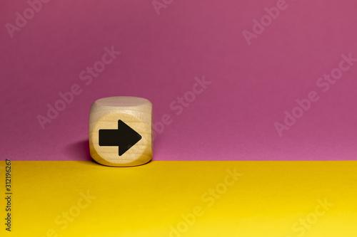 Photo Pictogramme de flèche droite sur cube en bois