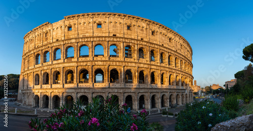 Photo Beautiful panorama of Colloseum during sunrise without people