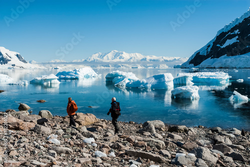 Photo Tourists walking on Antarctic beach, Neko Harbor, Antarctic Peninsula