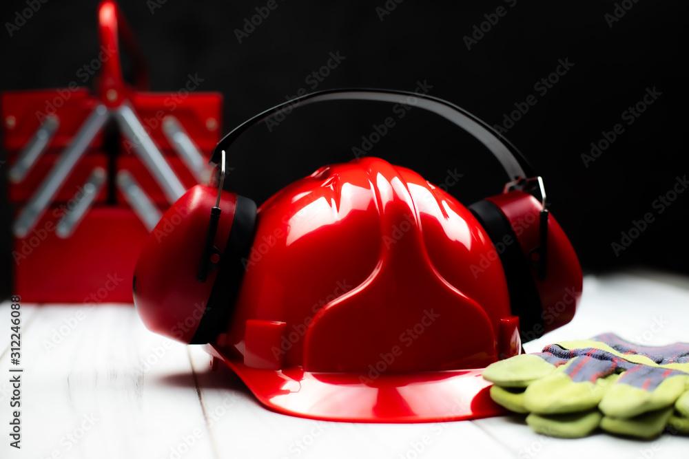 Fototapeta Czerwony hełm budowlany oraz akcesoria ochronne
