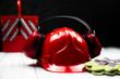 Czerwony hełm budowlany oraz akcesoria ochronne