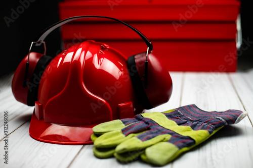 Obraz Czerwony hełm budowlany oraz akcesoria ochronne - fototapety do salonu