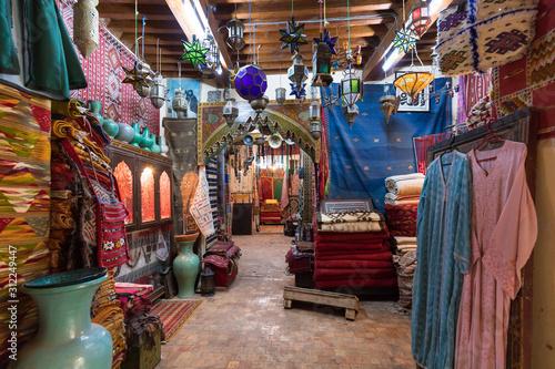 Tradycyjna ręcznie robiona skórzana torebka i kapcie oraz inne produkty są prezentowane w garbarni i salonie wystawowym w suku Fes. Maroko