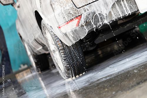 Cuadros en Lienzo  Close-up back car washing in car wash shop.